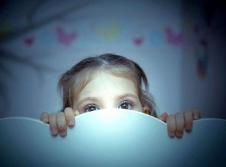 Боязнь темноты: как помочь своим детям