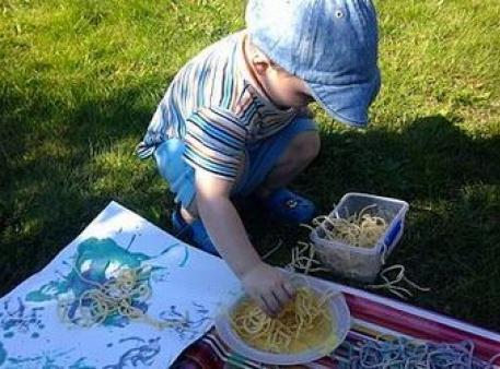 Научите ребенка рисовать с помощью спагетти