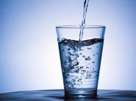 Как перевернуть полный стакан не разлив воду