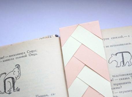 Книжная закладка-косичка из бумажных полосок