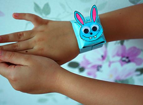 Самодельный браслет с зайчиком в стиле оригами