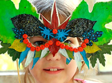 Дары осени: маска из окрашенных листьев